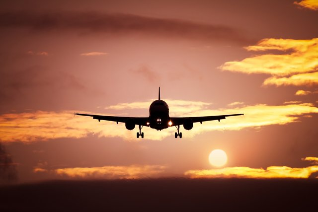 Flugzeug im Sonnenuntergang (piqs.de ID: 08c05f37b7b94c8126e266b7fa47aaf1)